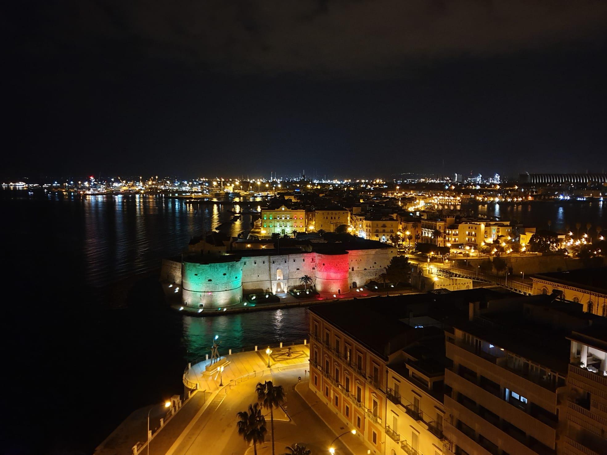 Castello Aragonese illuminato tricolore sera